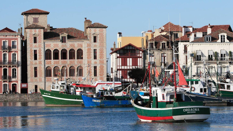 El puerto de San Juan de Luz con la Casa de la Infanta al fondo. (Foto: Turismo San Juan de Luz)