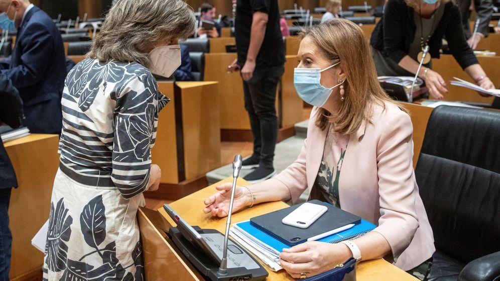 Foto: a diputada del PP Ana Pastor (d) conversa con la diputada socialista María Luisa Carcedo. (EFE)