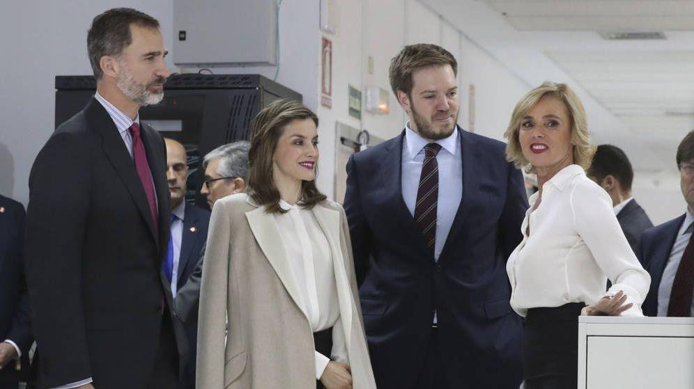Foto: Antonio Asensio, presidente del Grupo Zeta (2d), junto a los Reyes. (EFE)
