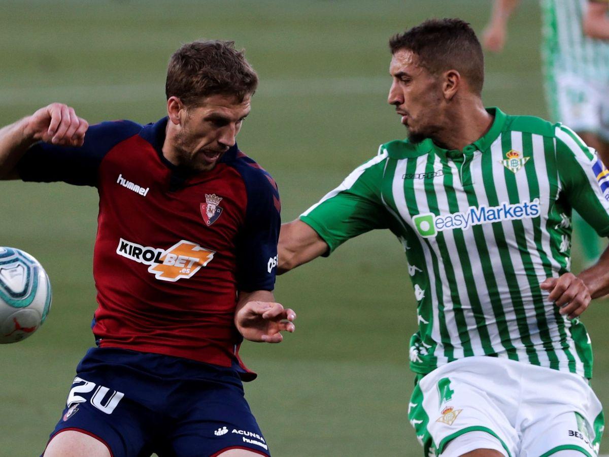 Foto: Darko Brasanac, del Osasuna, y Feddal (Betis) disputan un balón durante un partido de la pasada Liga. (EFE)