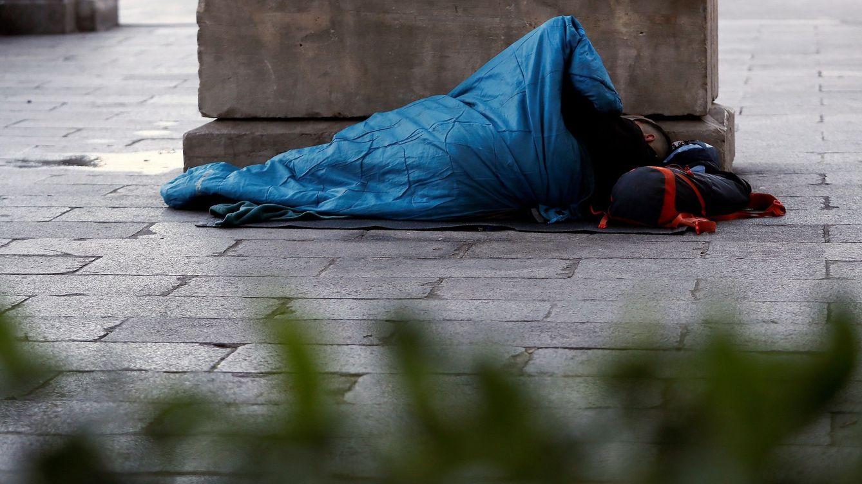 Foto: Una persona sin hogar duerme al raso en Madrid.(EFE)