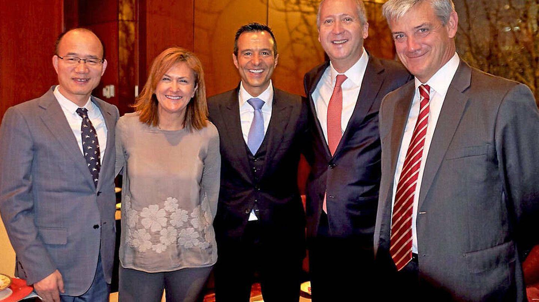 Begoña Sanz, mano derecha de José Ángel Sánchez, con Jorge Mendes a su izquierda
