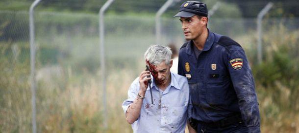 Foto: Un policía acompaña al maquinista del tren tras el accidente. (Reuters)