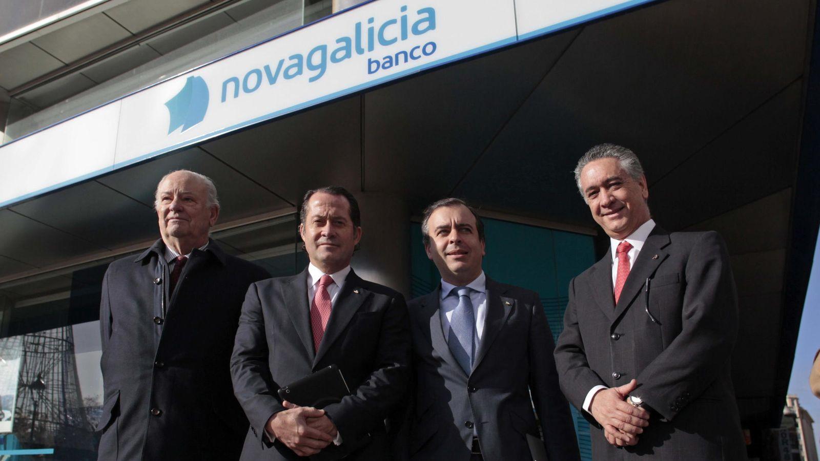 Foto: l presidente de Banesco, Juan Carlos Escotet (2i), acompañado por el presidente del Banco Etcheverría, Javier Etcheverría (i) y su consejero delegado Francisco Botas. (EFE)