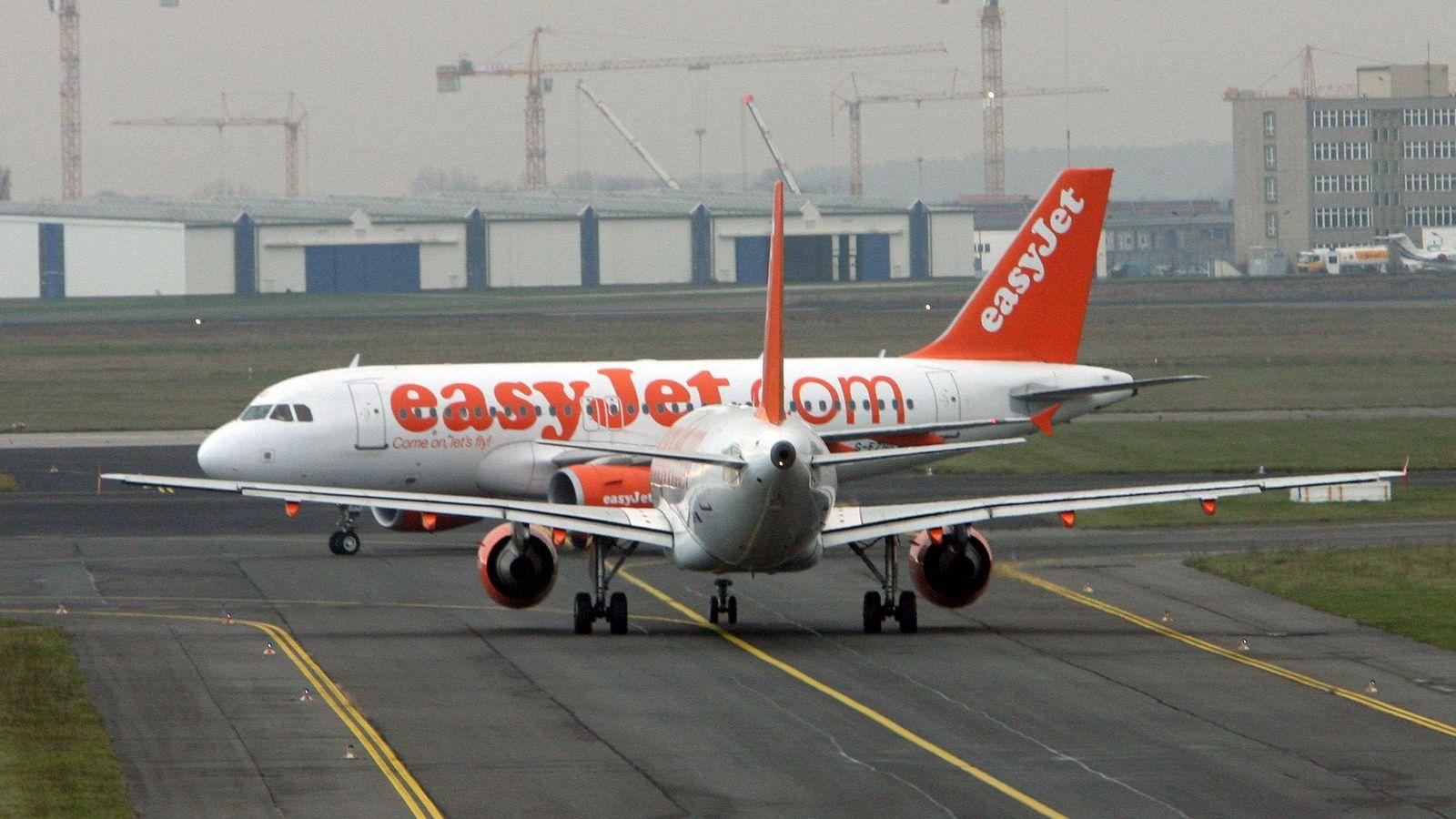 Foto: Dos aviones de la aerolínea de bajo coste Easyjet. (EFE)