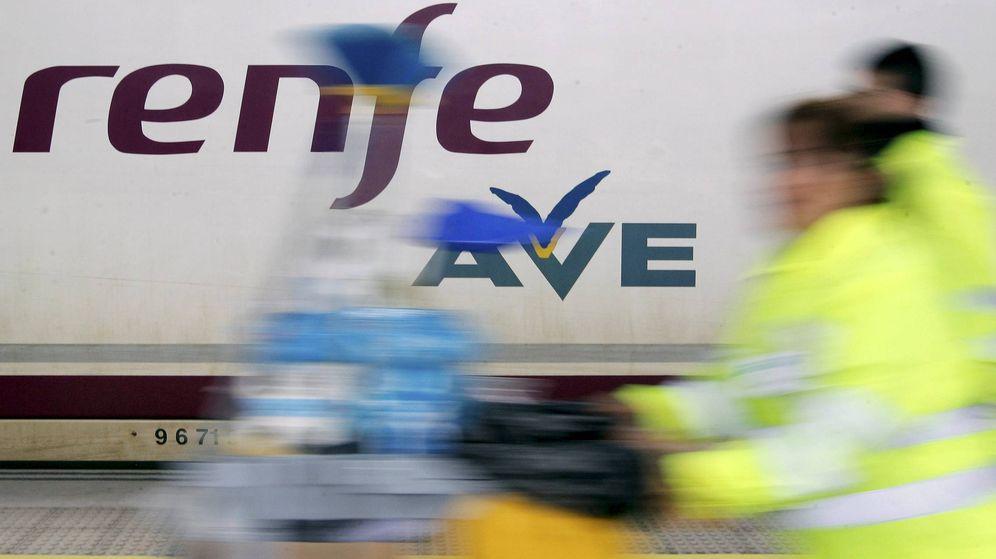 Foto: Personal de mantenimiento junto a un AVE (EFE)