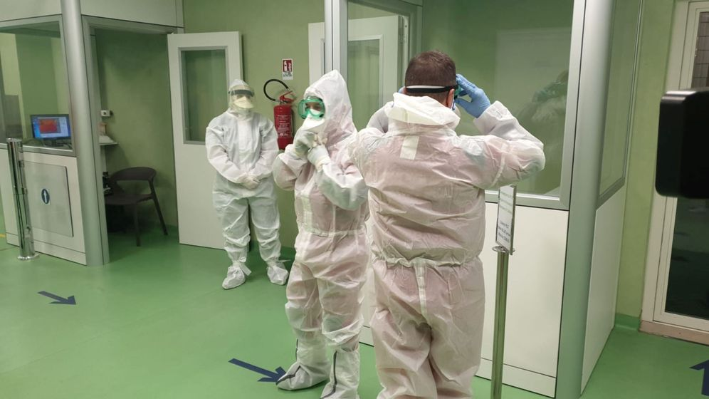 Foto: Personal médico protegiéndose del coronavirus. (Reuters)
