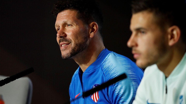 Simeone junto a Lucas Hernández. (Efe)