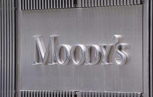 Moody's cree que la deuda soberana de los bancos es insostenible