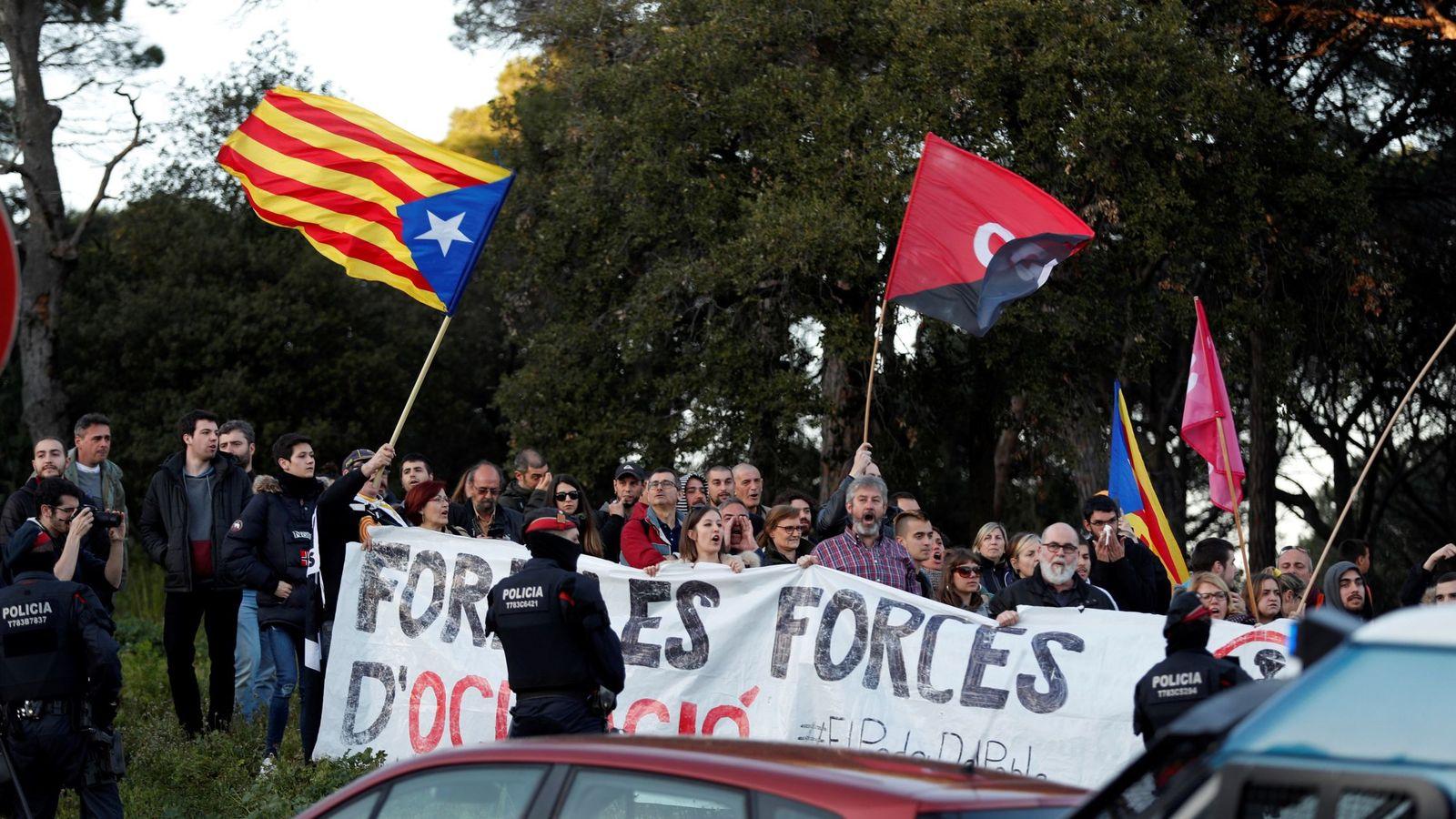 Foto: Miembros de la CDR bloquean varias calles en localidades de Cataluña este fin de semana. (EFE)