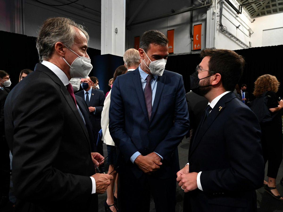 Foto: El presidente del Gobierno, Pedro Sánchez (c), y el presidente de la Generalitat, Pere Aragonès. (EFE)