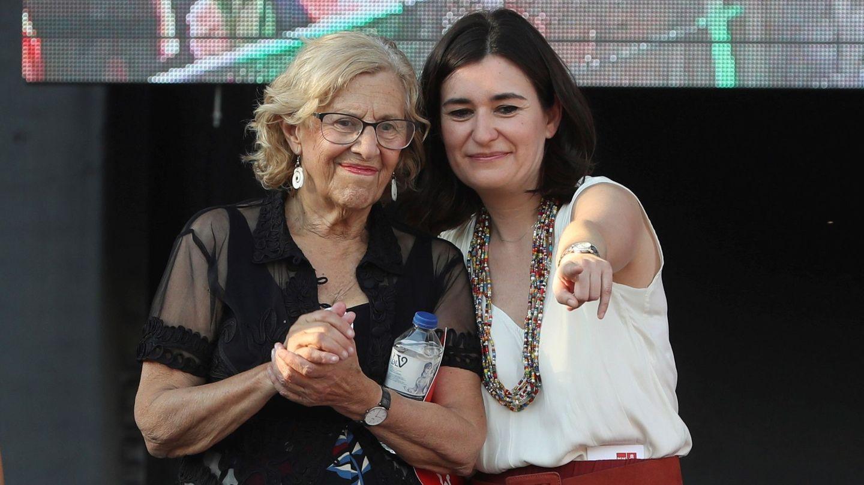 La alcaldesa de Madrid, Manuela Carmena (i), junto a la ministra de Sanidad, Carmen Montón. (EFE)