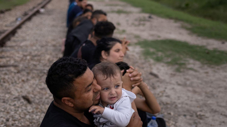Una fila de migrantes, en la frontera entre EEUU y México. (Reuters)