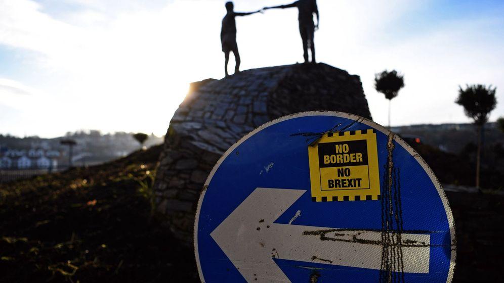 Foto: Una pegatina contra el Brexit en la frontera de Irlanda del Norte. (EFE)