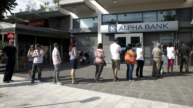 Foto: Gente retira dinero del cajero en un banco en Grecia. (EFE)
