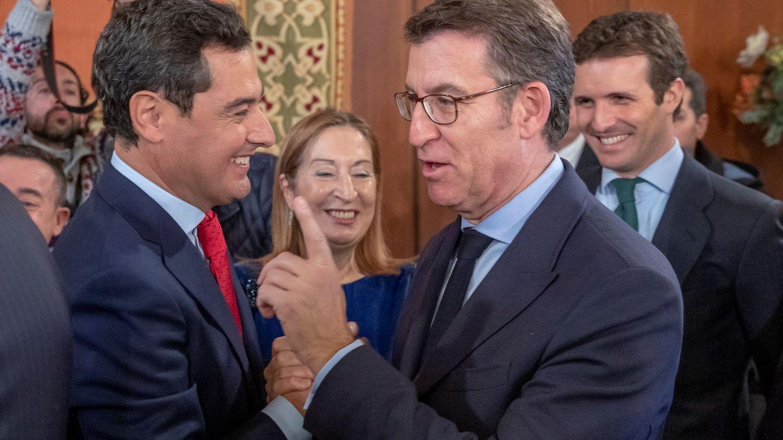 El nuevo presidente de la Junta de Andalucía, Juanma Moreno, es felicitado por el presidente de Galicia, Alberto Nuñez Feijóo el pasado viernes. (EFE)
