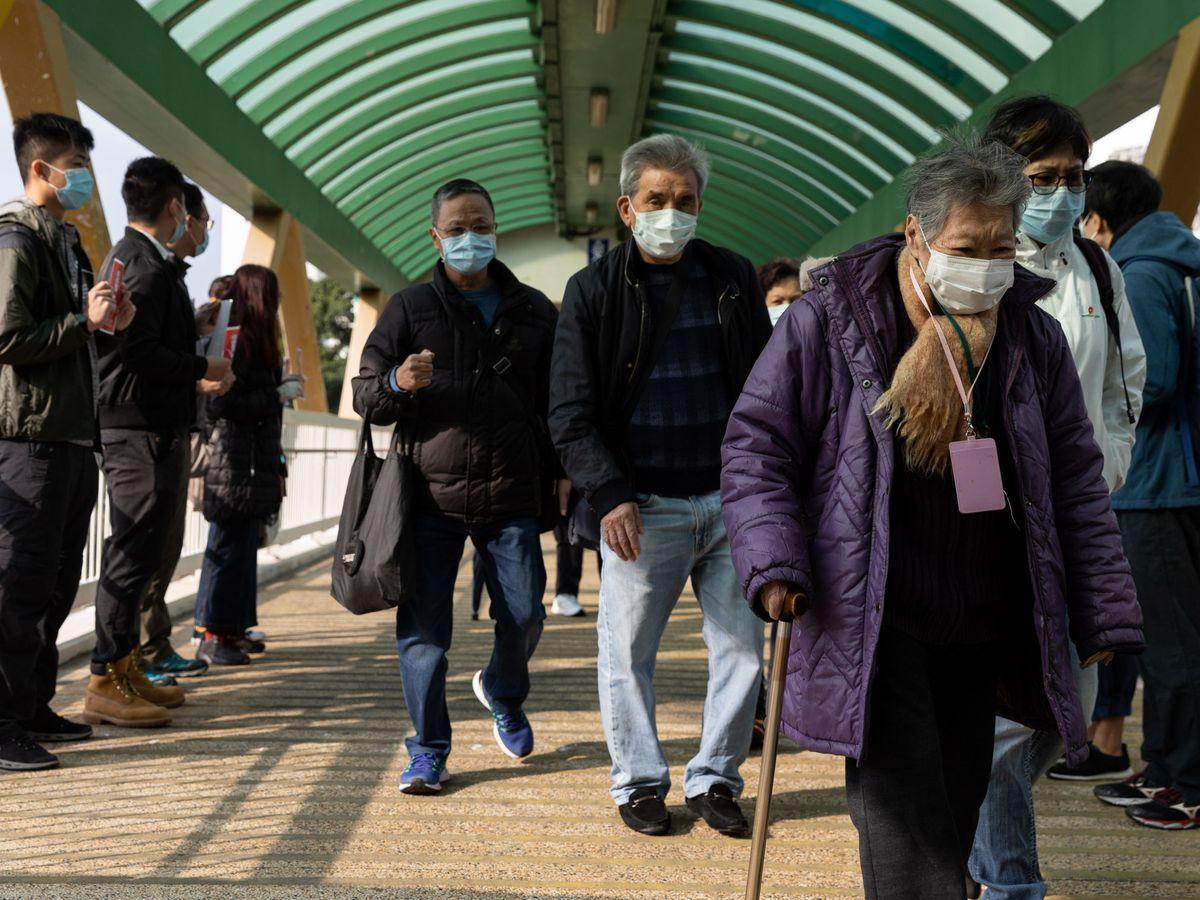 Foto: Trabajadores sanitarios en un hospital de Hong Kong. (EFE)