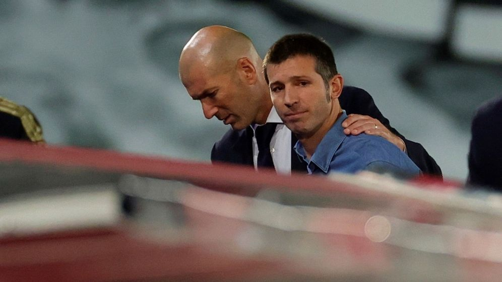 Foto: Zidane consuela a Albert Celades en la derrota del Valencia contra el Real Madrid. (Efe)