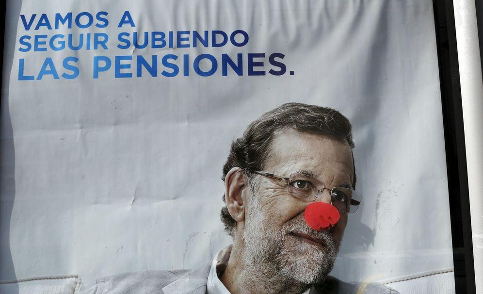 Foto: Cartel del PP vandalizado en Sevilla. (Reuters)