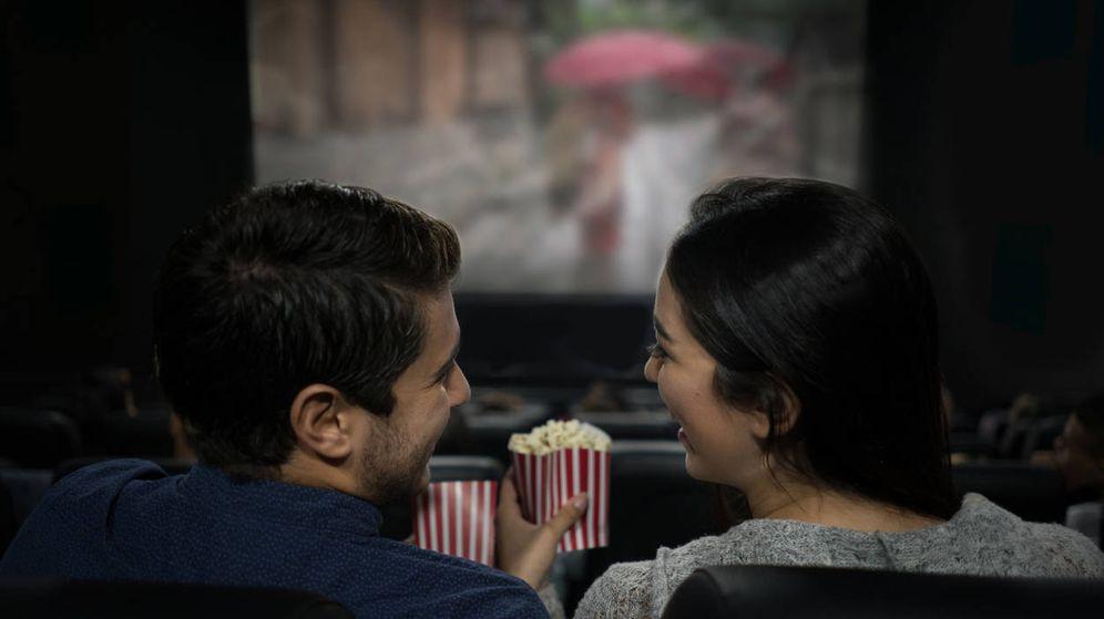 Foto: Una pareja celebra San Valentín en el cine. (iStock)