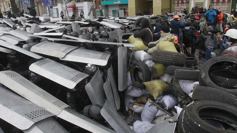 Manifestantes erigen una barricada ante los antidisturbios en Kiev (Reuters).