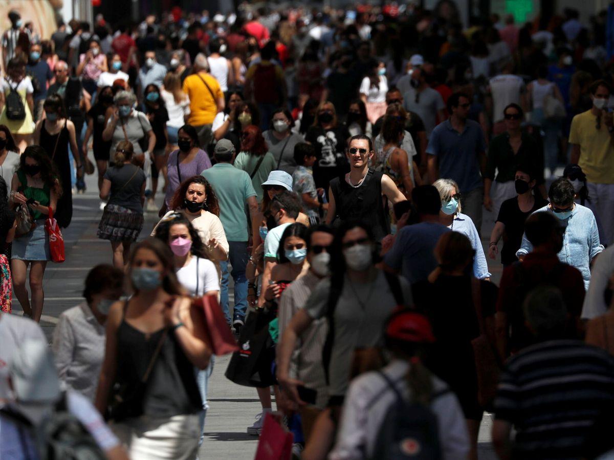 Foto: Numerosas personas pasean por la calle en Madrid. (Reuters)