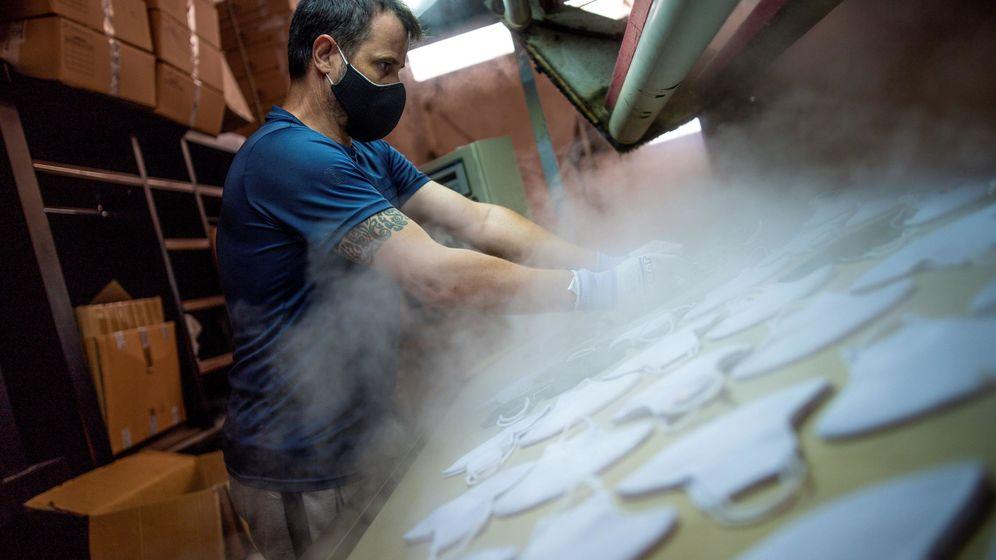 Foto: Imagen de una fábrica de mascarillas en Sonseca (Toledo). (EFE)