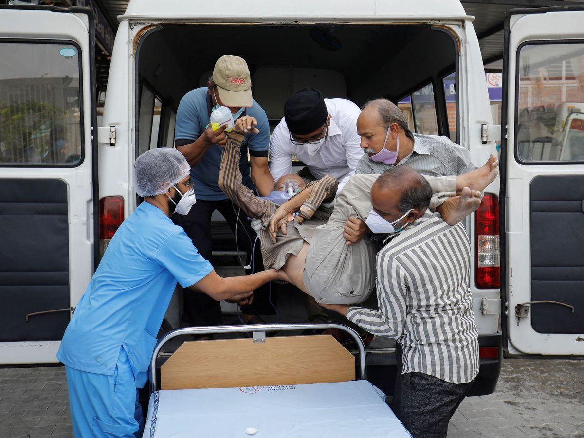 Foto: Un paciente es trasladado en India. (Reuters)