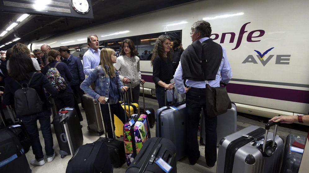 Foto: Pasajeros de Renfe esperan para acceder a un AVE | EFE