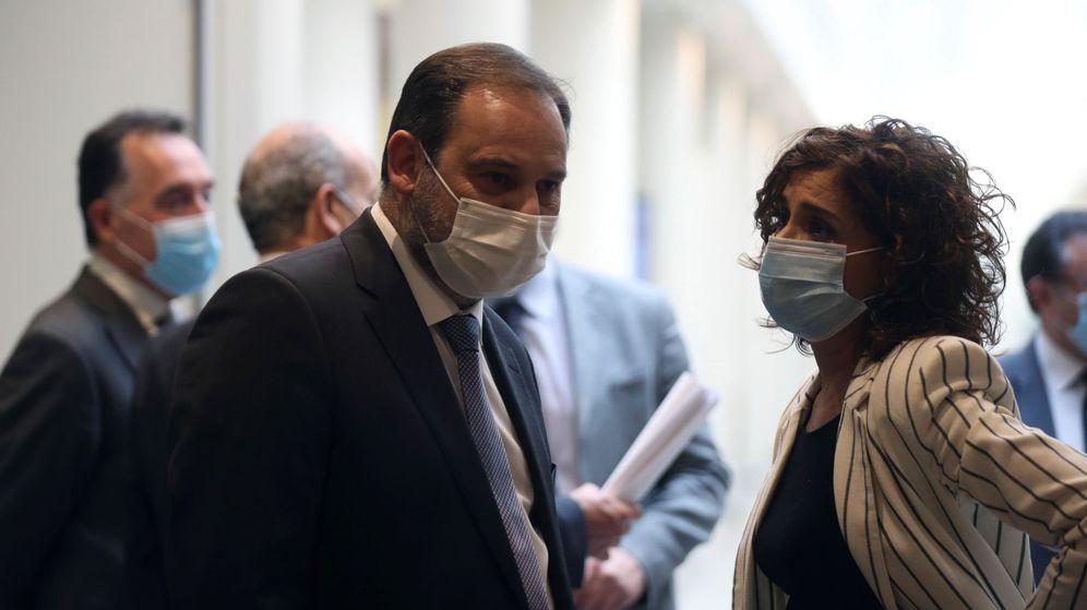 Foto: El ministro de Transportes, José Luis Ábalos, y la ministra de Hacienda, María Jesús Montero. (EFE)