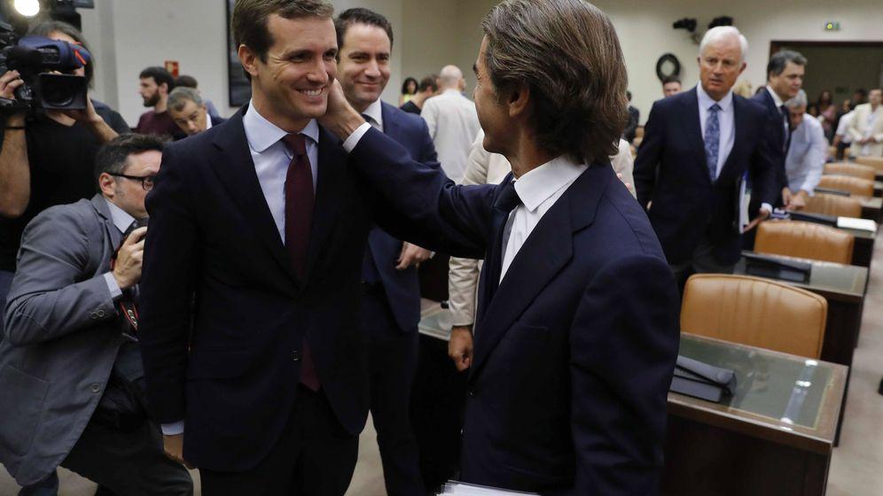 Foto: El expresidente del Gobierno José María Aznar, acompañado por el presidente del Partido Popular, Pablo Casado. (EFE)