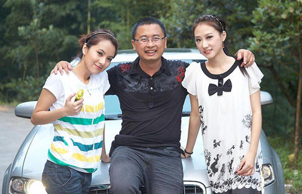 Foto: Las imágenes de un hombre con sus dos novias publicadas en decenas de medios chinos, ya han dado la vuelta al mundo.