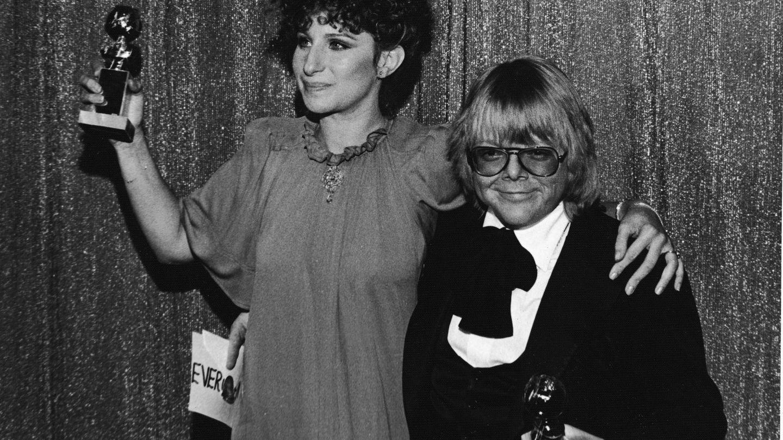 Barbra Streisand recogiendo un Globo de Oro por 'Evergreen'. (Getty)
