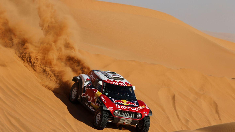 Carlos Sainz, descendiendo una duna. (EFE)