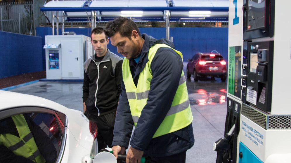 Foto: Un empleado de Ballenoil llena un depósito de combustible. (D.B.)