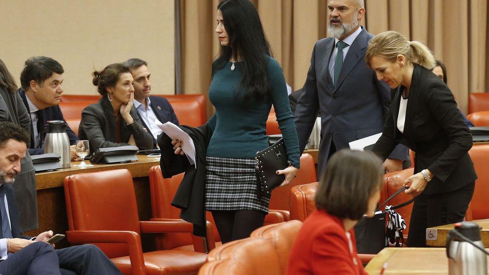 Foto: Los diputados de Vox en la Comisión Permanente, marchándose de la sesión. (EFE)