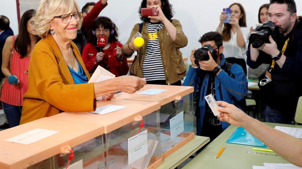 Foto: Carmena ejerciendo su derecho a voto. (Efe)