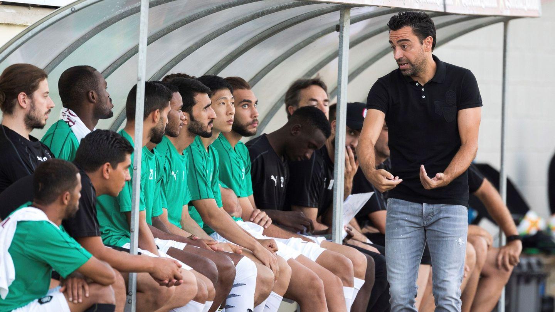 El exazulgrana Xavi Hernández da instrucciones a los suyos en un partido amistoso celebrado en Palamós. (EFE)