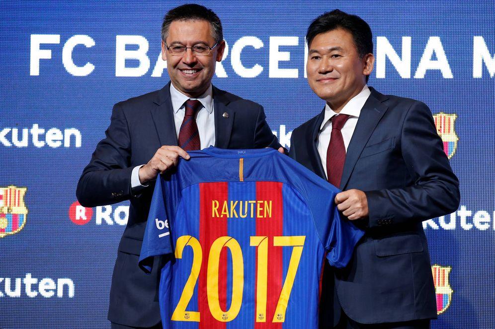 Foto: El presidente del FC Barcelona, Josep María Bartomeu, junto al Presidente y Consejero Delegado de Rakuten, Hiroshi Mikitani, en el anuncio del nuevo patrocinio del Barça. (Foto: Reuters)