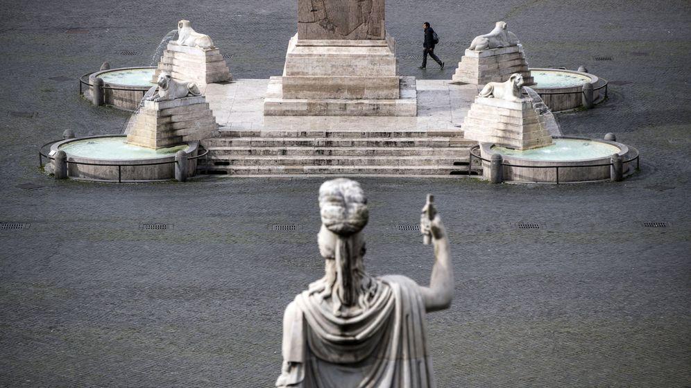 Foto: Una persona pasea por una vacía Piazza del Popolo, de Roma. (EFE)