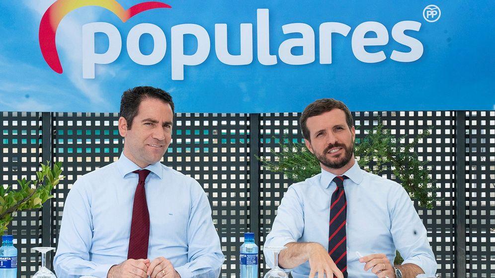 Foto: Fotografía facilitada por el Partido Popular de la reunión del Comité de Dirección del partido presidido por Pablo Casado (d). (EFE)