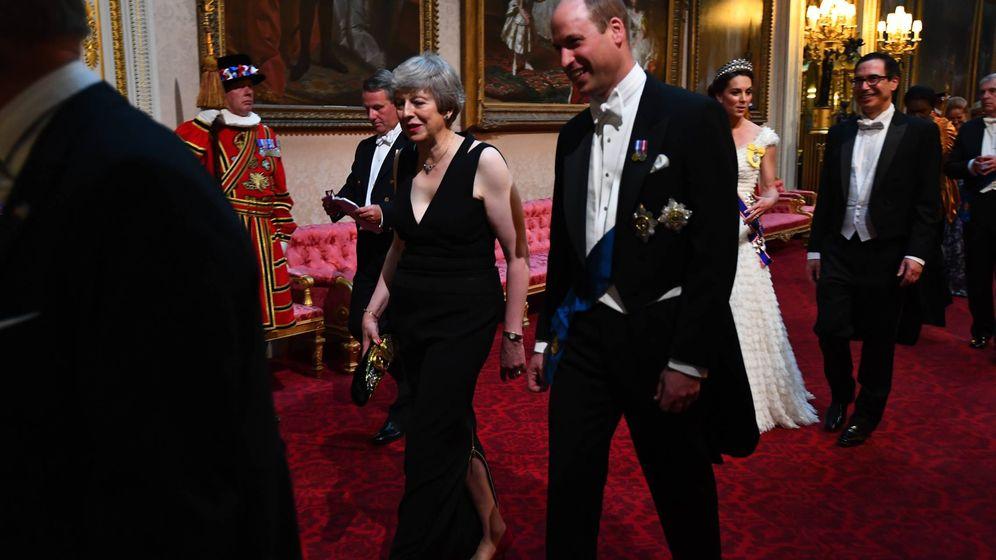 Foto: Theresa May, junto al príncipe Guillermo, a su llegada al salón. (Cordon Press)
