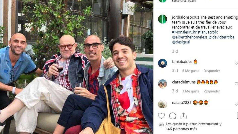 Christian Lacroix (centro, copa en mano) en la fiesta de Desigual. (Instagram)