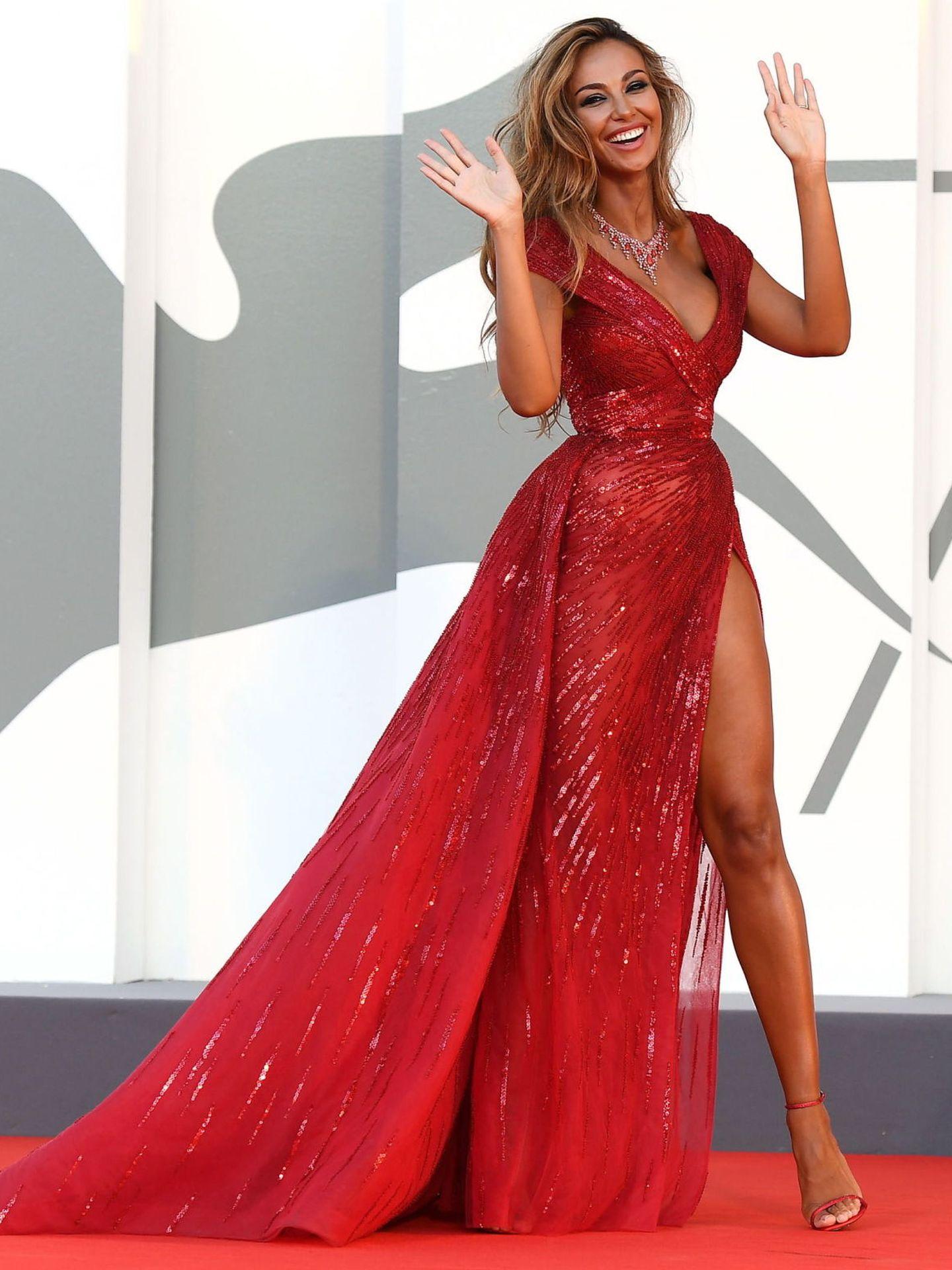 Madalina Ghenea, en el estreno de 'Amants (Lovers)' con vestido rojo transparente y larga apertura lateral en la falda. (EFE)
