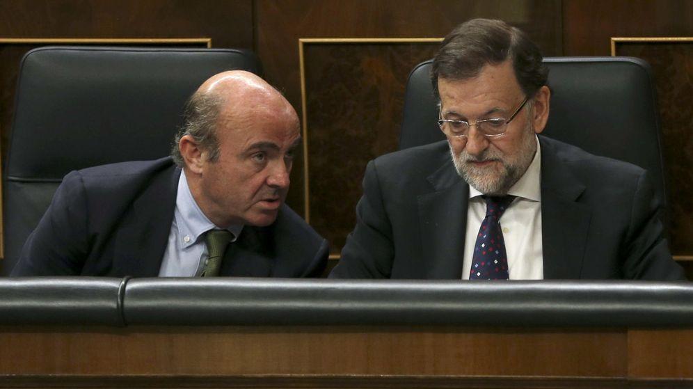 Foto: El presidente del Gobierno, Mariano Rajoy, junto al ministro de Economía en funciones, Luis de Guindos en el Congreso de los Diputados. (EFE)