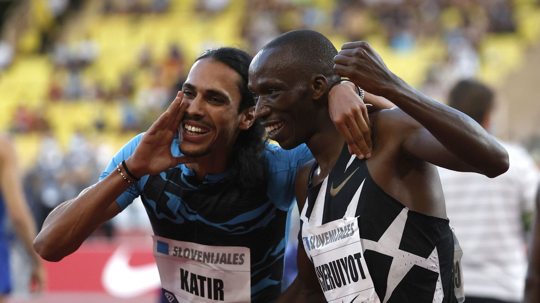 Katir junto al keniata Timothy Cheruiyot. (Reuters)