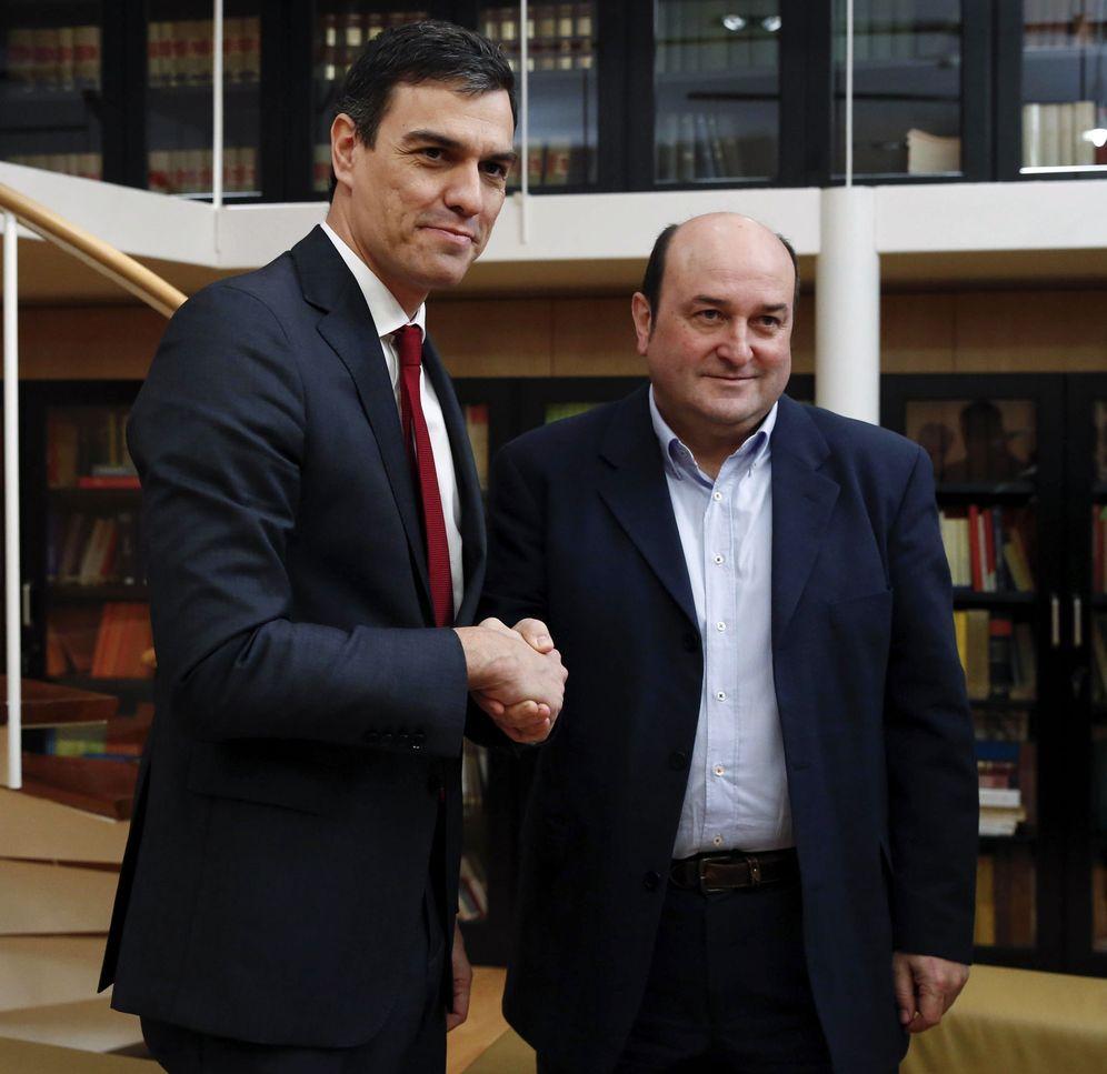 Foto: Sánchez y Ortuzar durante una reunión en 2016 en el Congreso de los Diputados. (EFE)