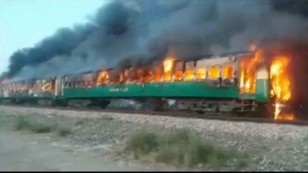 Foto: El fuego se extendió rápidamente por tres vagones y terminó calcinando todo el tren (Asghar Bhawalpuri/Reuters)