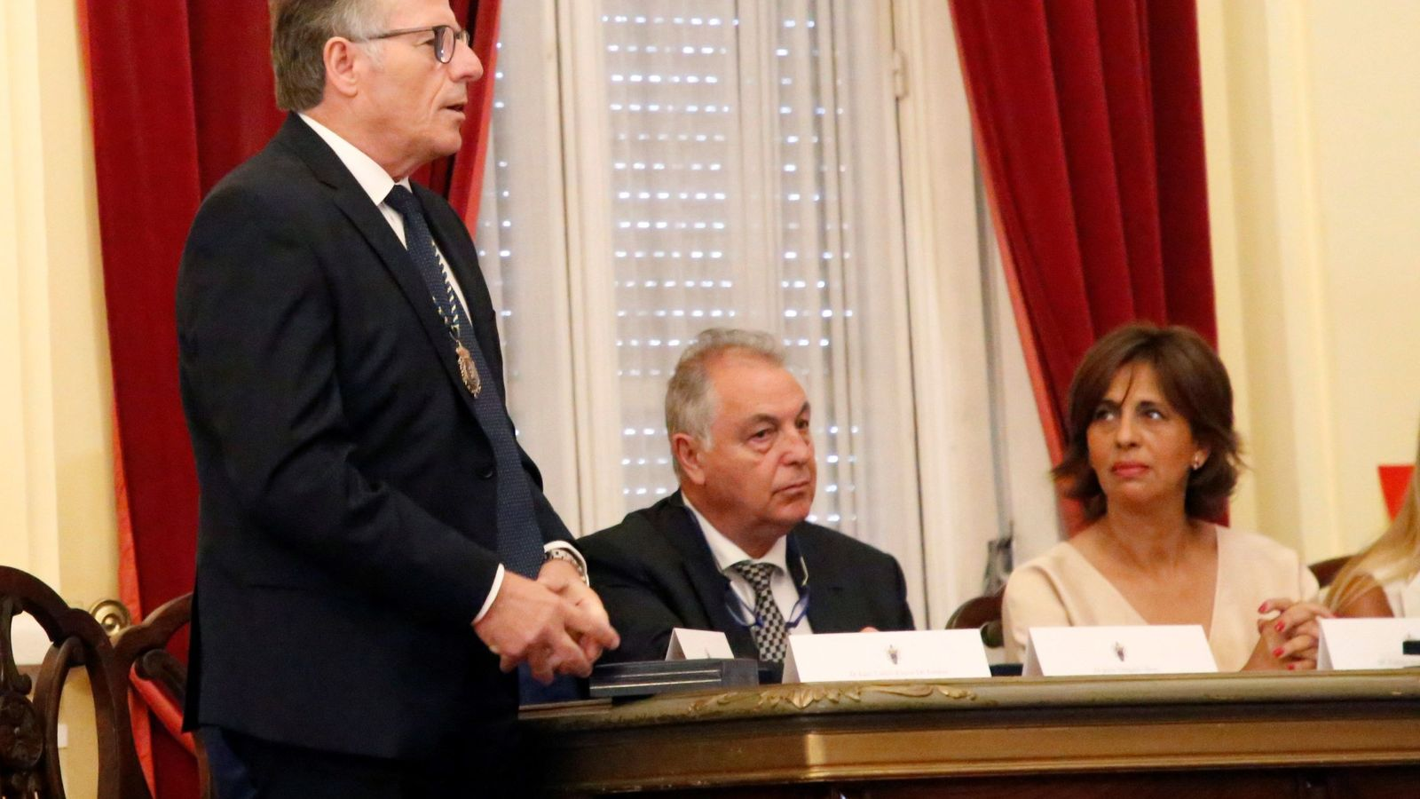 Foto: Eduardo de Castro, único diputado de Cs, en la Asamblea de Melilla, al tomar posesión de su cargo de presidente de la ciudad autónoma. (EFE)