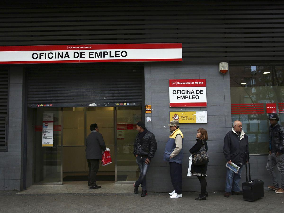 Foto: Fila en una oficina de empleo de Madrid. (Reuters)